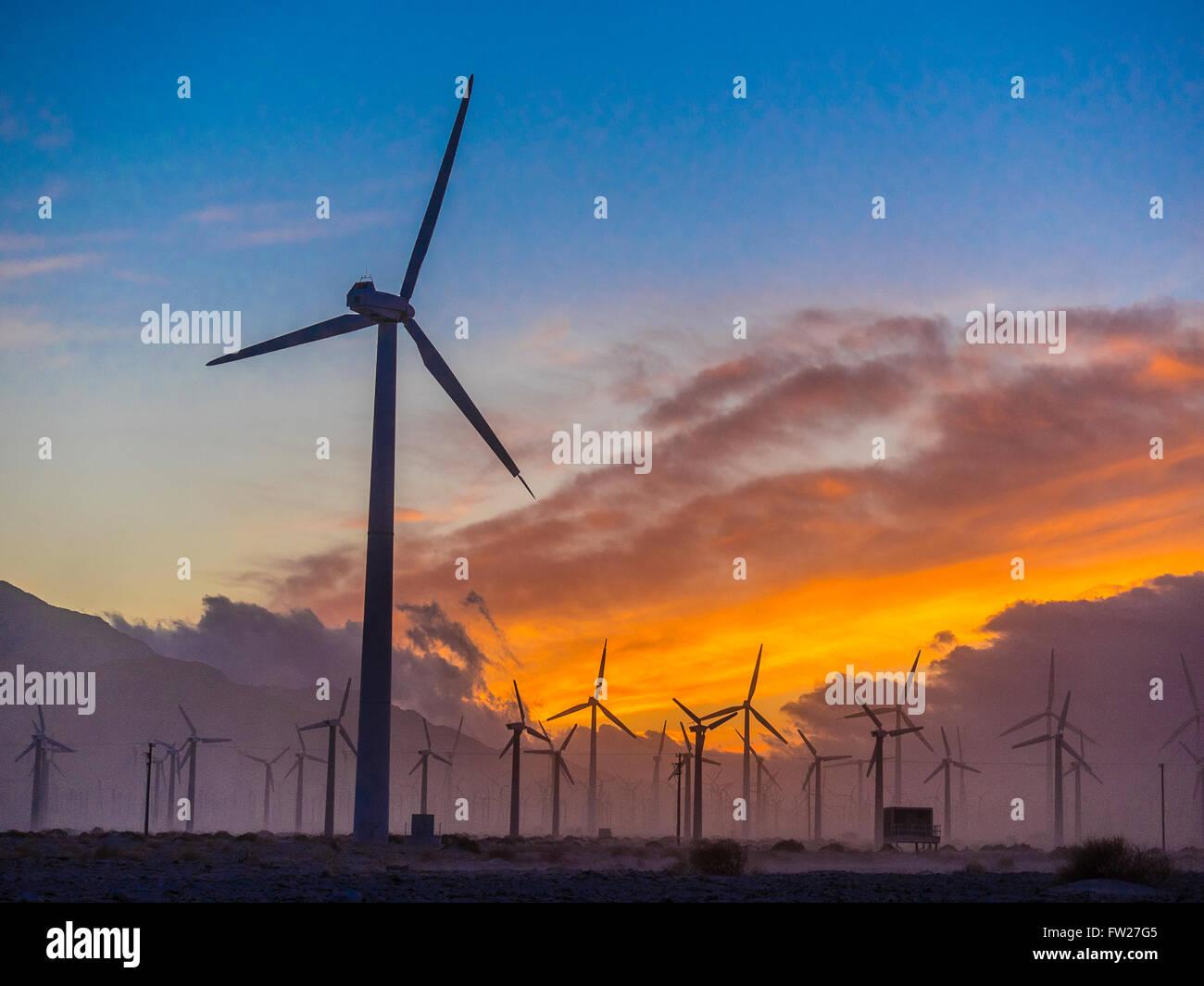 Eines Windparks außerhalb von Palm Springs, Kalifornien, während ein buntes Sonnenuntergang. Stockbild