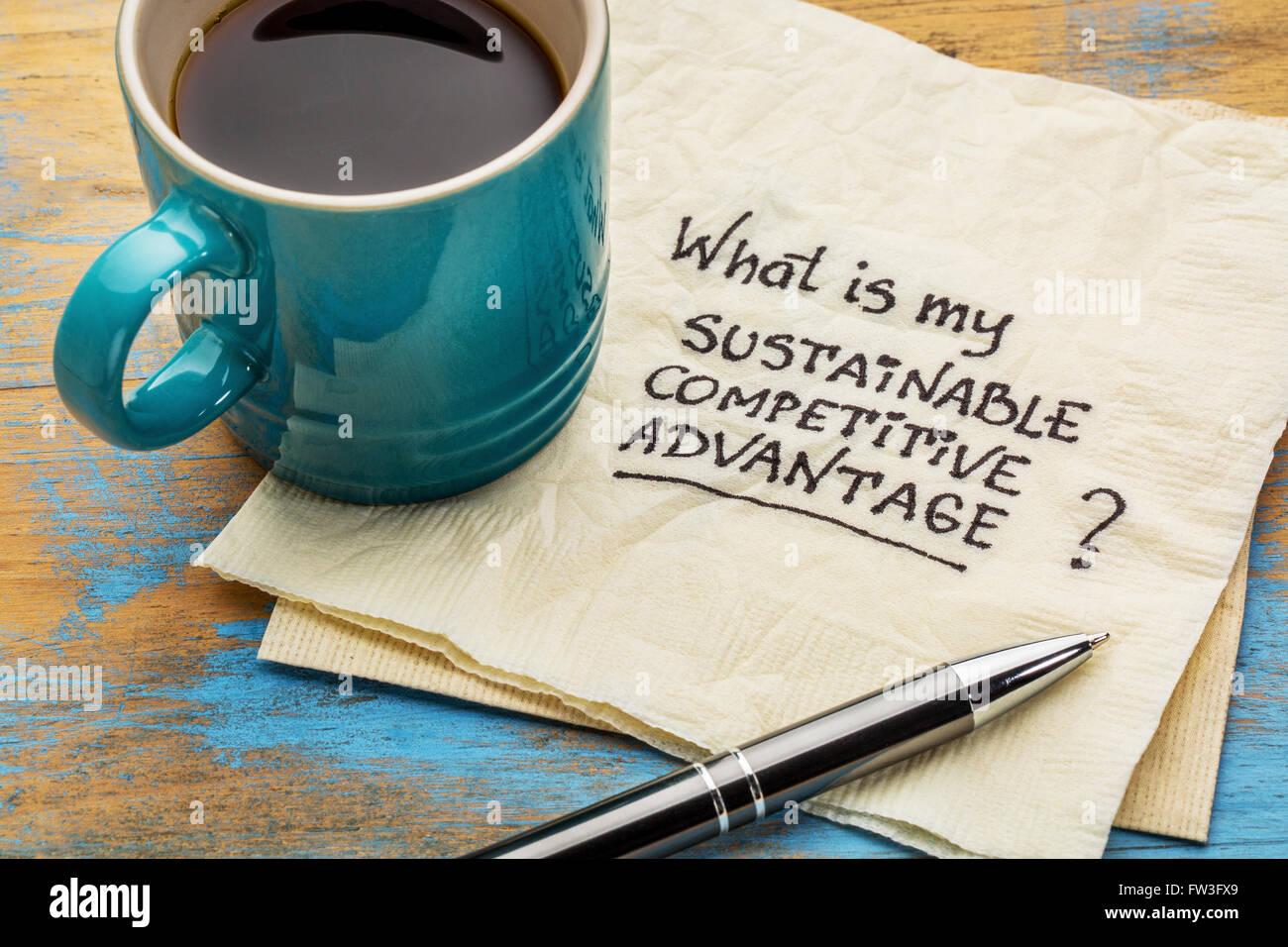 Was ist meine Frage nachhaltiger Wettbewerbsvorteil - Handschrift auf einer Serviette mit einer Tasse Kaffee Stockbild