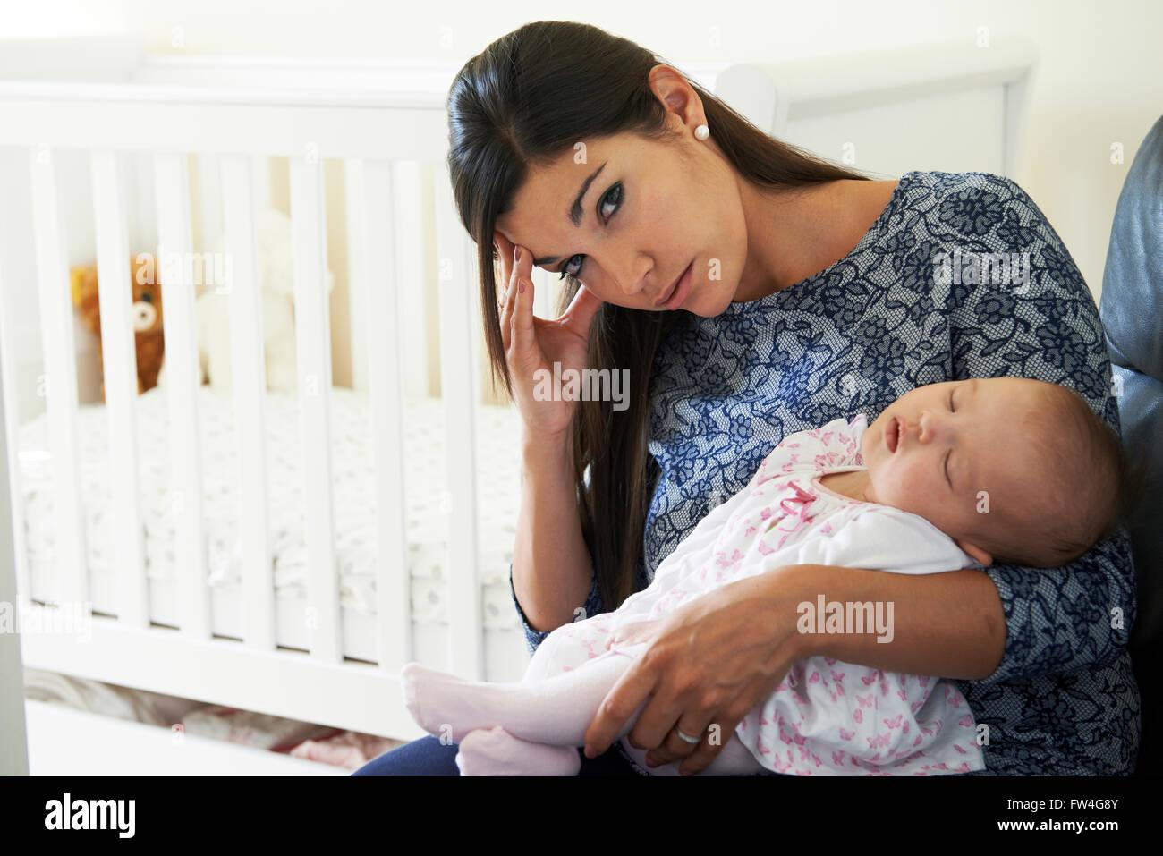 Erschöpfte Mutter Post Natal Depressionen leiden Stockbild