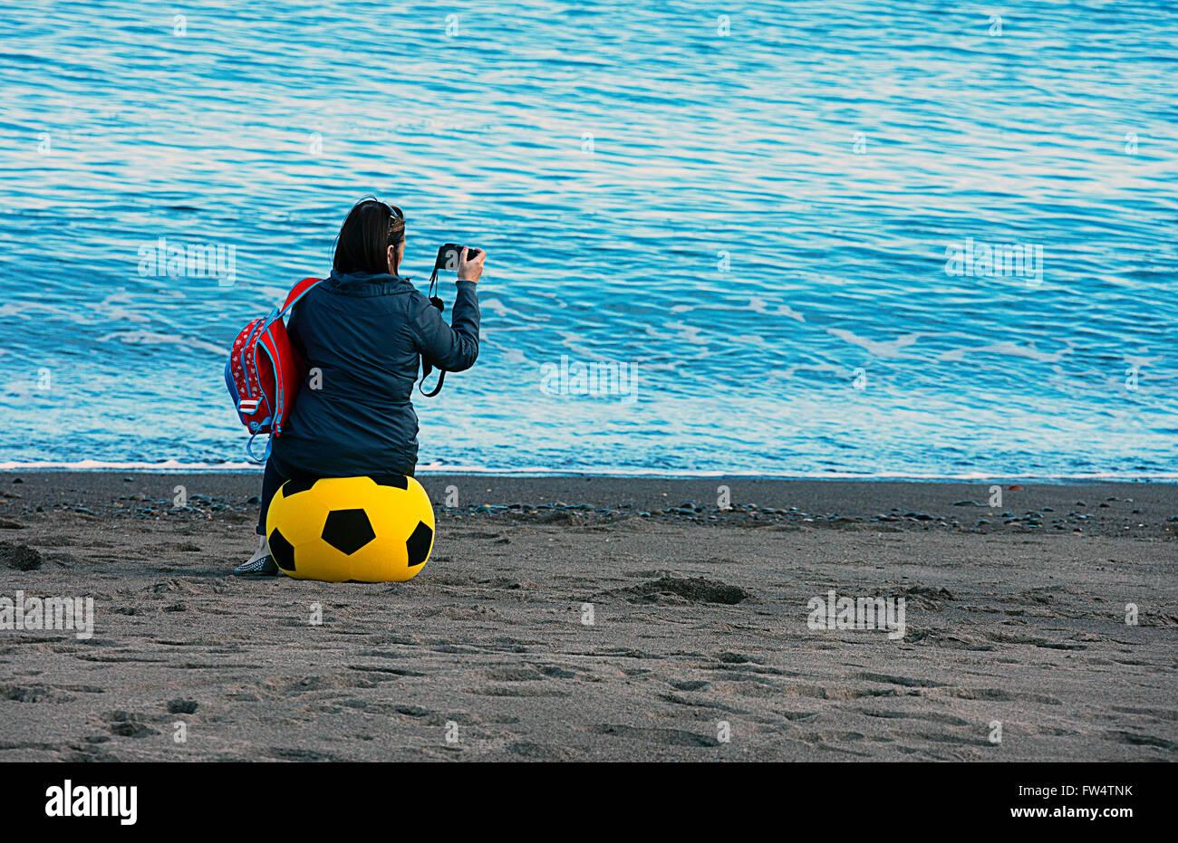Mädchen sitzen auf sehr große Beach-Ball, ein Foto. Stockfoto