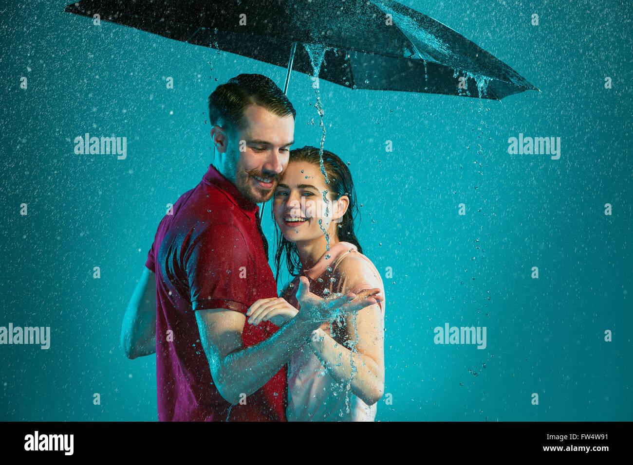 Romantic Couple Kissing In Rain Stockfotos & Romantic