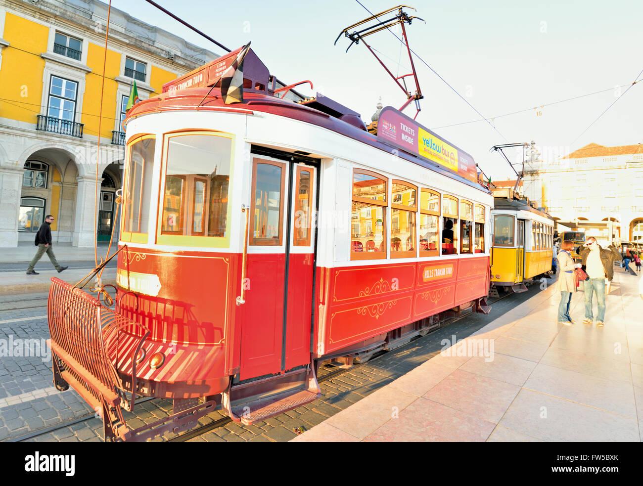 Portugal, Lissabon: Rote und gelbe historische Straßenbahn am Praça Comercio Stockbild