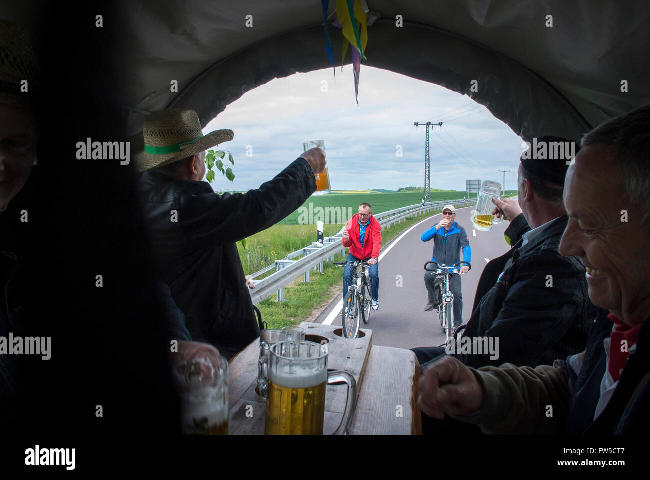 """Das """"Dornitzer Himmelfahrtskommando"""" 7-Mann-Team feiern Weise Tag (Vatertag) im traditionellen Stil berauscht. Stockbild"""