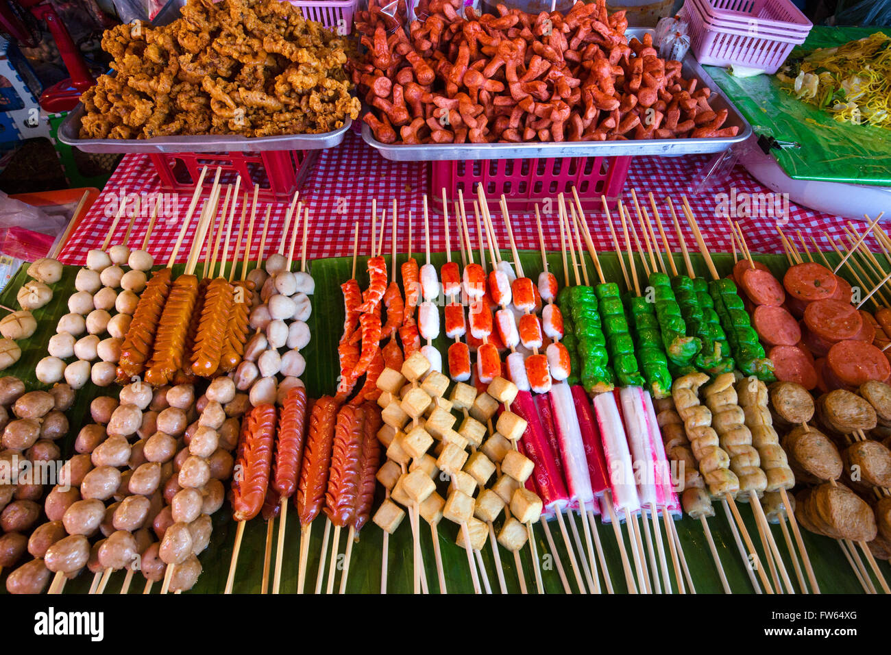 Marktstand mit verschiedenen Spieße mit Fleisch, Fisch und Wurst, Garküche, Lebensmittel zum Verkauf an Stockbild