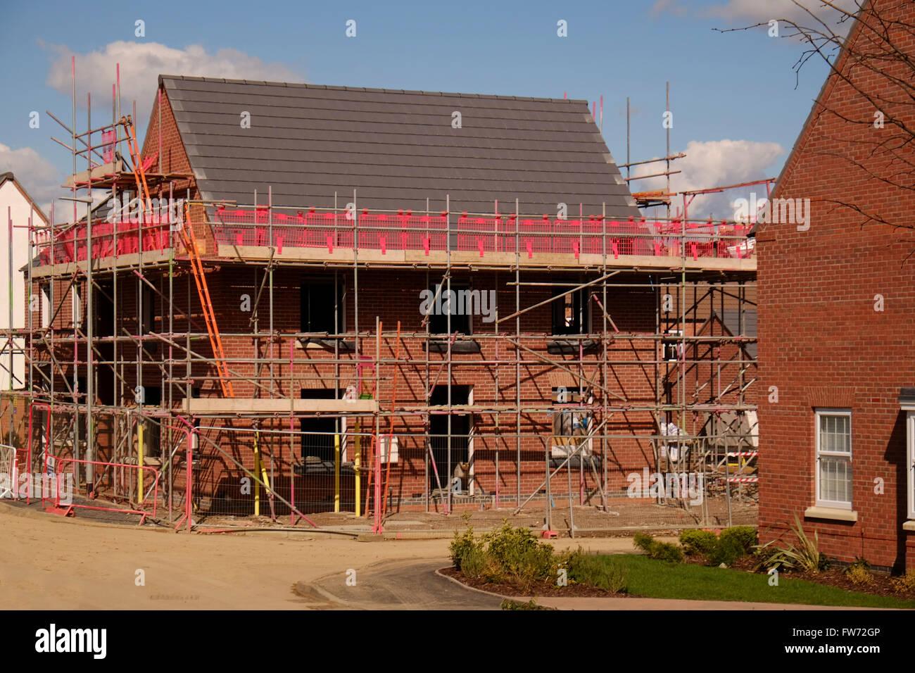 Neues Haus abgedeckt im Gerüstbau, Grantham, Lincolnshire, England, UK Stockbild