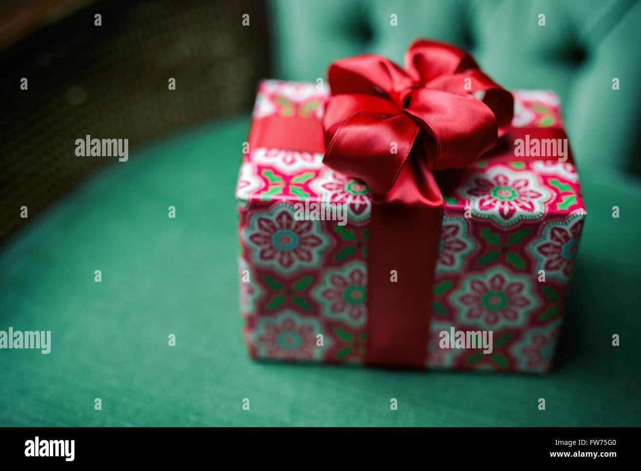 Klein verpackt Weihnachtsgeschenk mit einem großen, roten ...