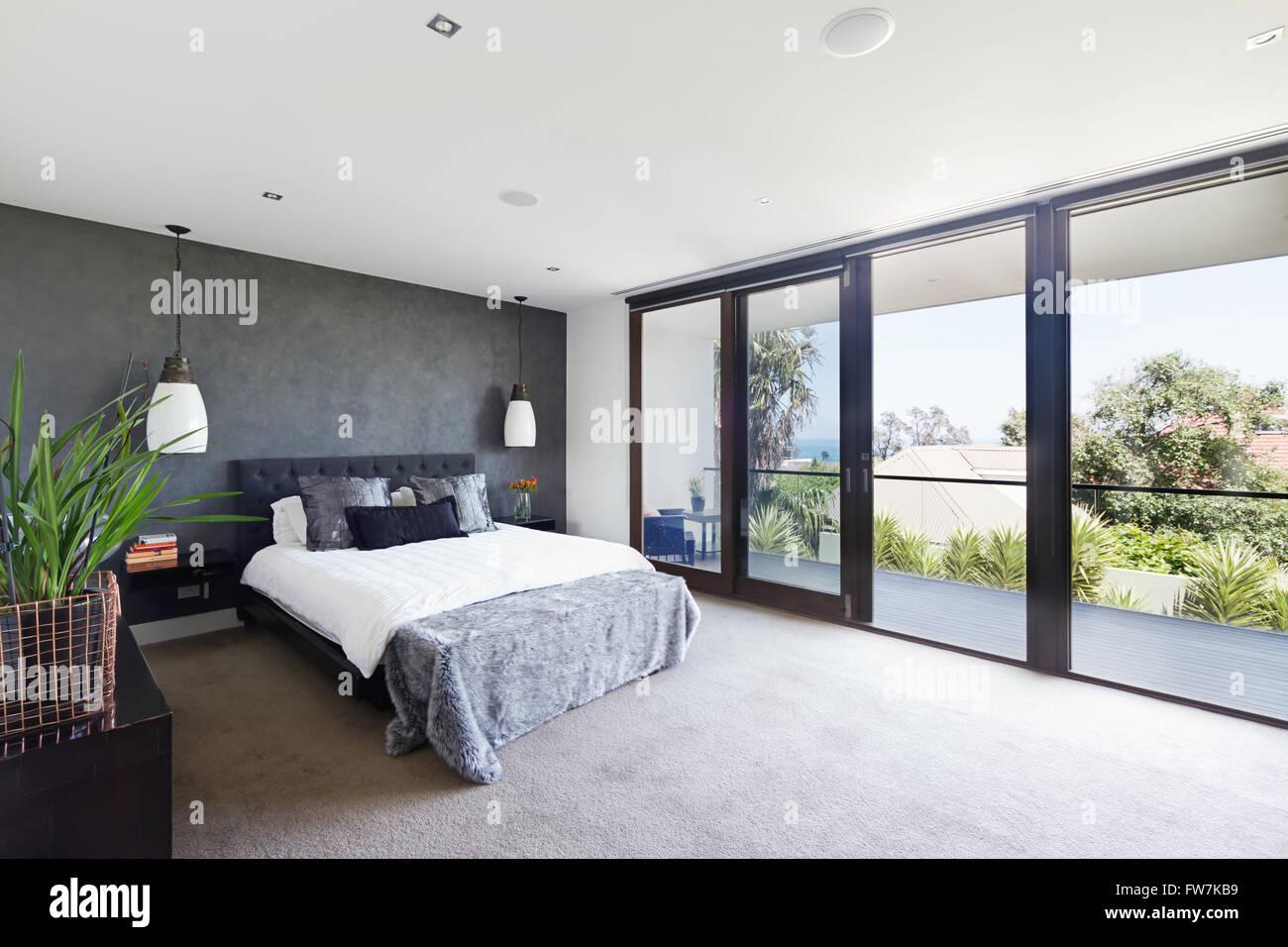 Geräumigen Innenraum der Designer Schlafzimmer in zeitgenössischen ...