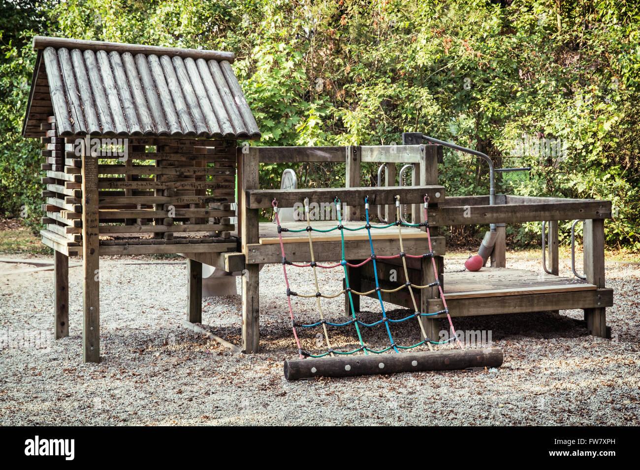 Klettergerüste Kinder : Klettergerüst aus holz kinder im stadtpark stockfoto bild