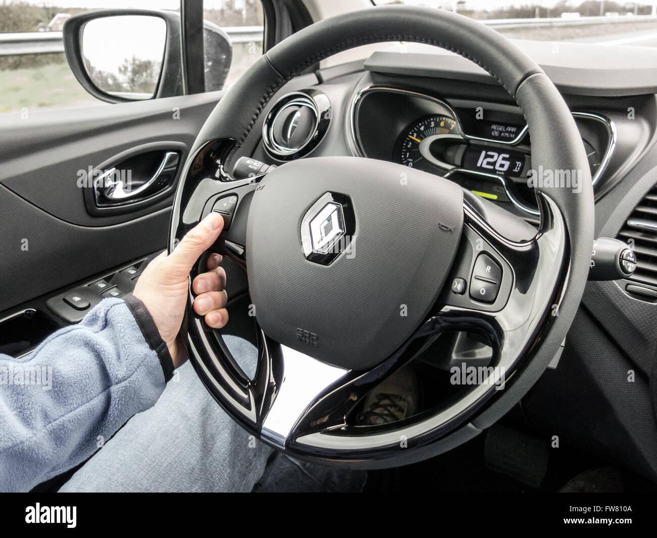 Fahrer mit Tempomat am Lenkrad beim Autofahren. Modernes Interieur ...