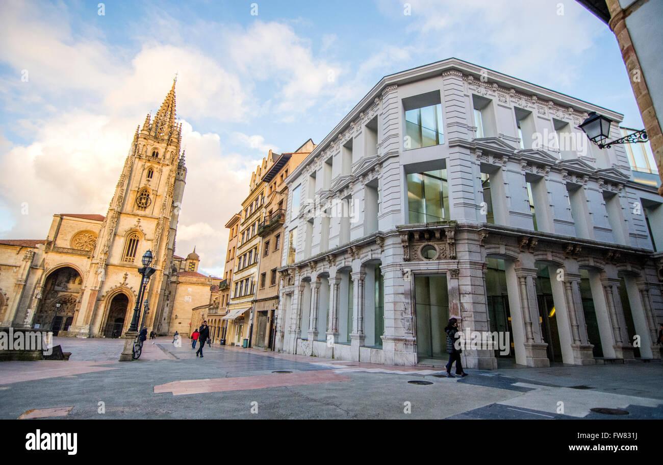 Oviedo, Spanien. 31. März 2016. Außerhalb des Museums während der Eröffnung des Museums der Stockbild