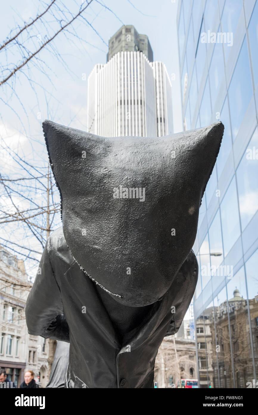 Tage des Gerichts - Katzen 1 & 2 von Laura Ford ist ein Kunstwerk in der City of London als Teil der Skulptur Stockbild