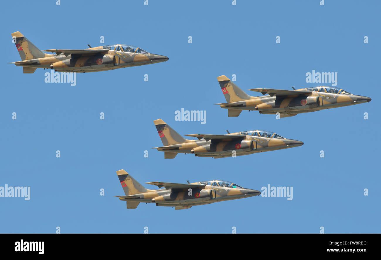 Königliche marokkanische Luftwaffe Alpha Jets fliegen auf der Luftfahrtausstellung Marrakesch in Marokko. Stockbild