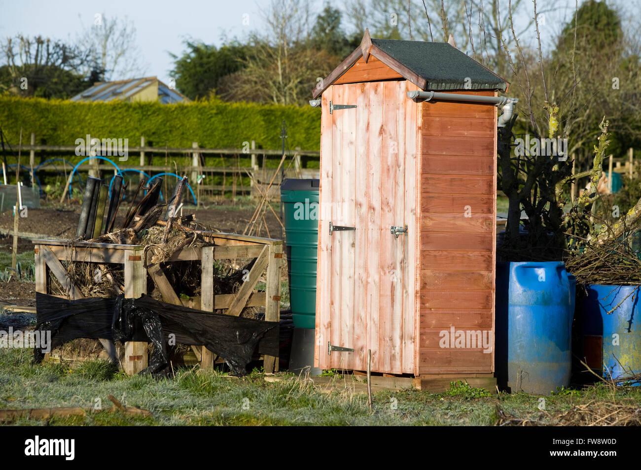 Ein Kleiner Geräteschuppen Auf Eine Zuteilung Oder Im Garten Zur Lagerung  Von Gartengeräten, Die Struktur Oder Gebäude Ist Nur Groß Genug, ...