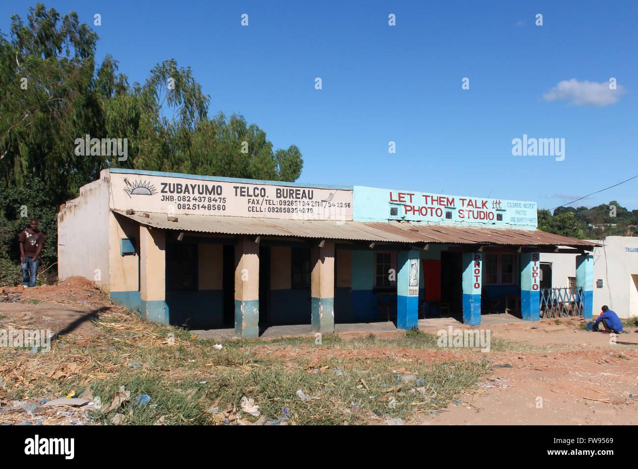 Geschäfte in Mzimba, Malawi. Stockbild