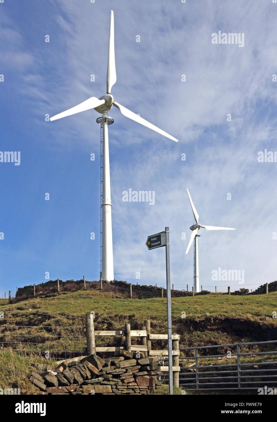 Wind trieb stromerzeugende Turbinen in ländlicher Umgebung Stockbild