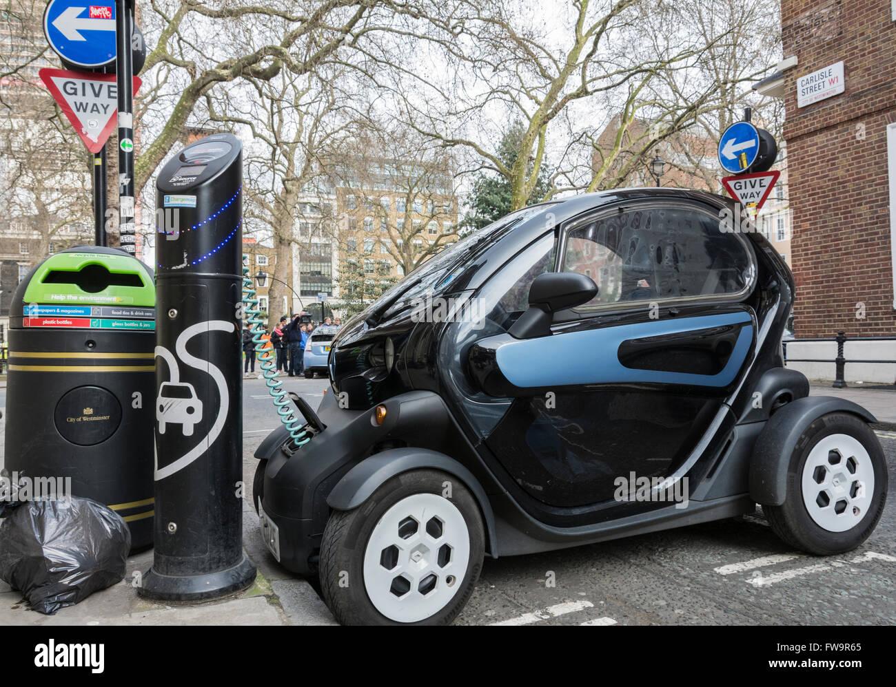 Ein Renault Twizy Elektro-smart Auto auf Aufladung an einem schnellen Aufladepunkt in Londons Soho. Stockfoto