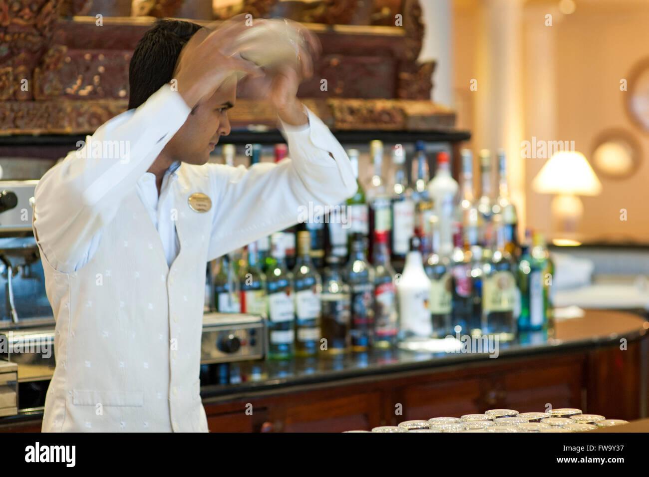 Barkeeper einen Cocktail im Residence Hotel in Mauritius vorbereiten. Stockbild