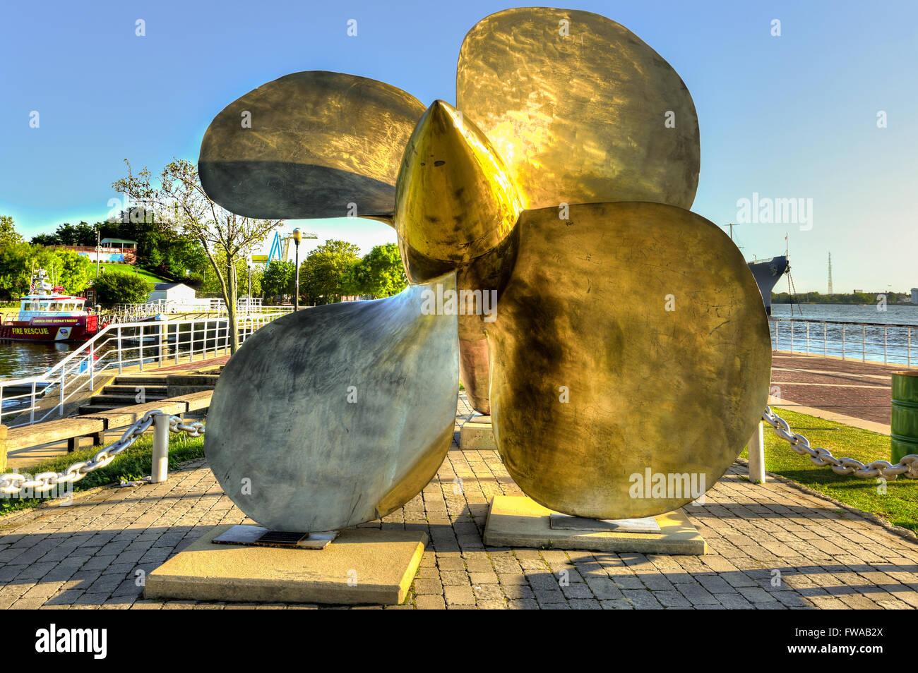 Gigantische goldene Propeller im hellen Sonnenlicht Stockbild