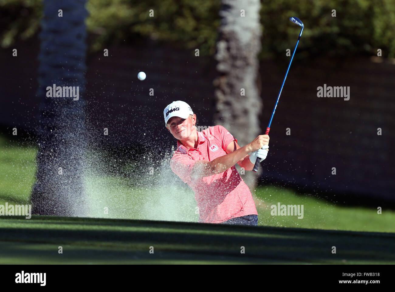 Rancho Mirage, Kalifornien, USA. 2. April 2016. Stacy Lewis trifft aus einem Bunker in der dritten Runde der 2016 Stockfoto