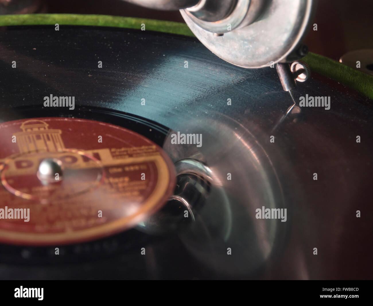 Vintage Odeon Label Schellackplatte auf antiken Grammophon gespielt wird Stockbild