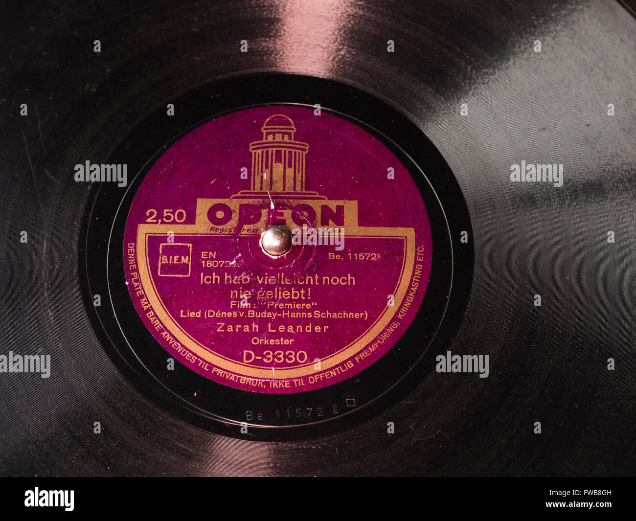 """Vintage Odeon Schellackplatte mit Zarah Leander singt """"Ich Hab wie Noch Nie Geliebt"""" ca 1937 Stockbild"""