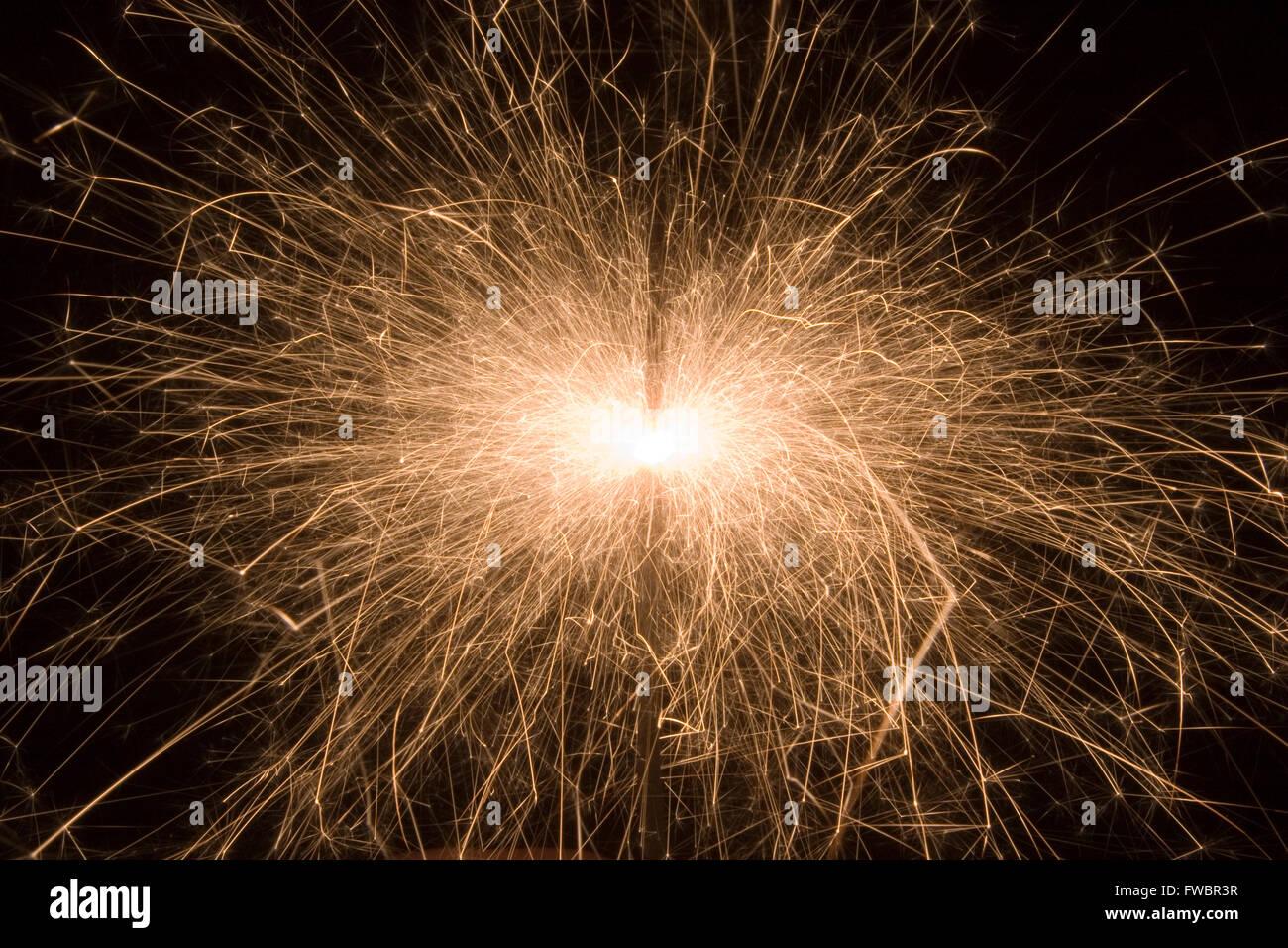 Funken aus einer Wunderkerze Strahlen nach außen aus dem zentralen Kern der Verbrennung zusammengesetzte. Sah Stockbild
