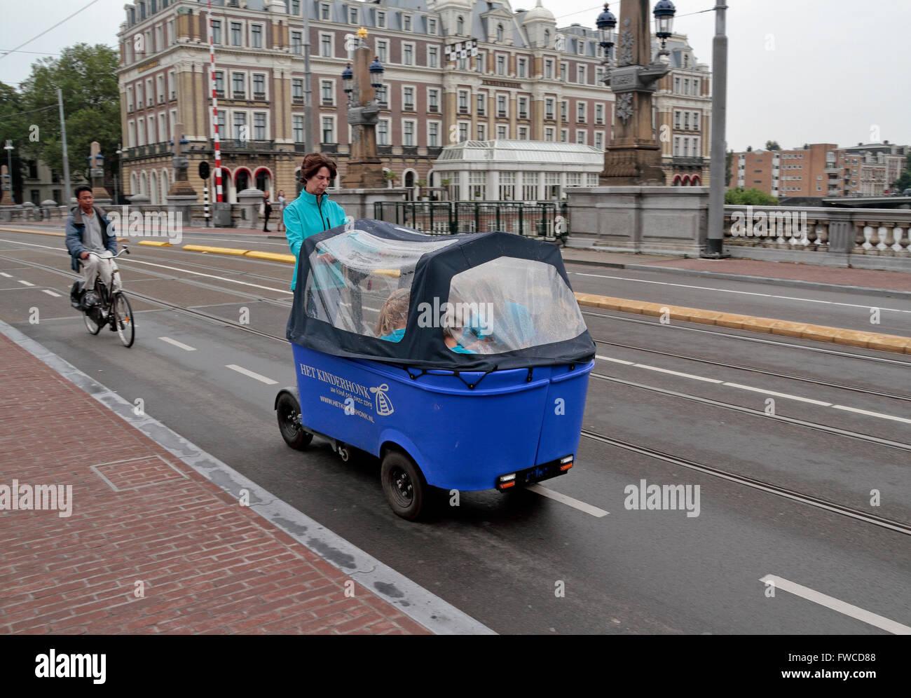kinder in eine elektrisch angetriebene wagen transportiert. Black Bedroom Furniture Sets. Home Design Ideas
