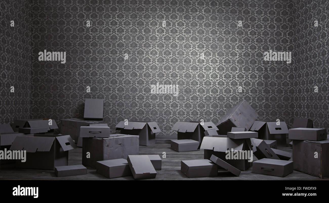 Alten Grunge-Interieur mit vielen leeren Kartons Stockbild