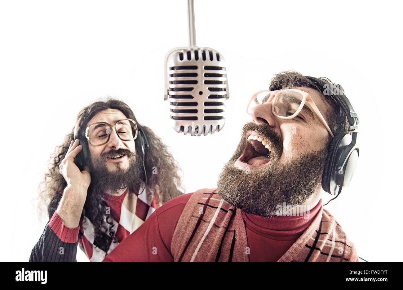 Zwei lustige Freunde singen karaoke Stockbild