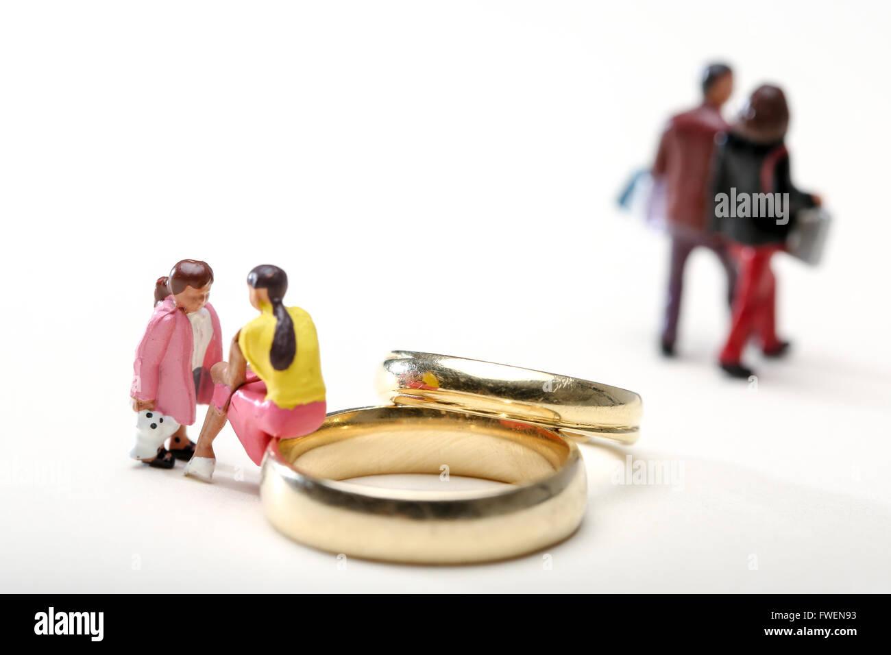 Konzept-Bild einer Frau saß auf Trauringe Gespräch mit einem Kind Scheidung veranschaulichen die Auswirkungen Stockbild