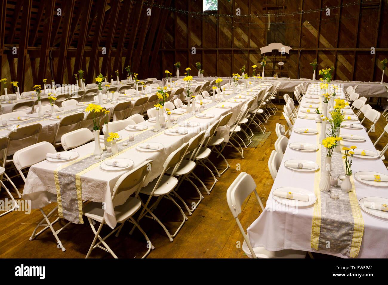 Tabellen Werden In Einer Alten Scheune Fur Eine Hochzeitsfeier Inkl