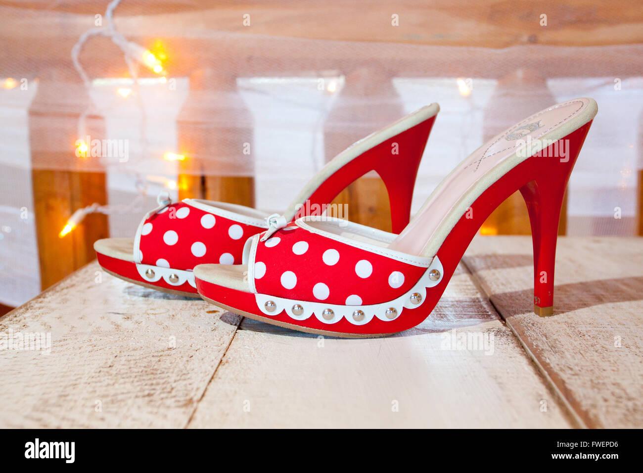 Eine Braut Hochzeitsschuhe In Rot Und Weiss Mit Punktchen Und Heels