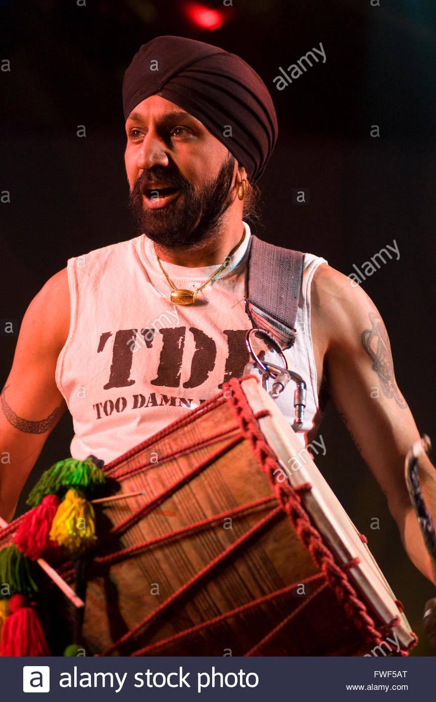 Johnny Kalsi, Londoner Meister Schlagzeuger der Fondation Dhol erklingt in der Wychwood Festival, UK, 31. Mai 2009. Stockbild