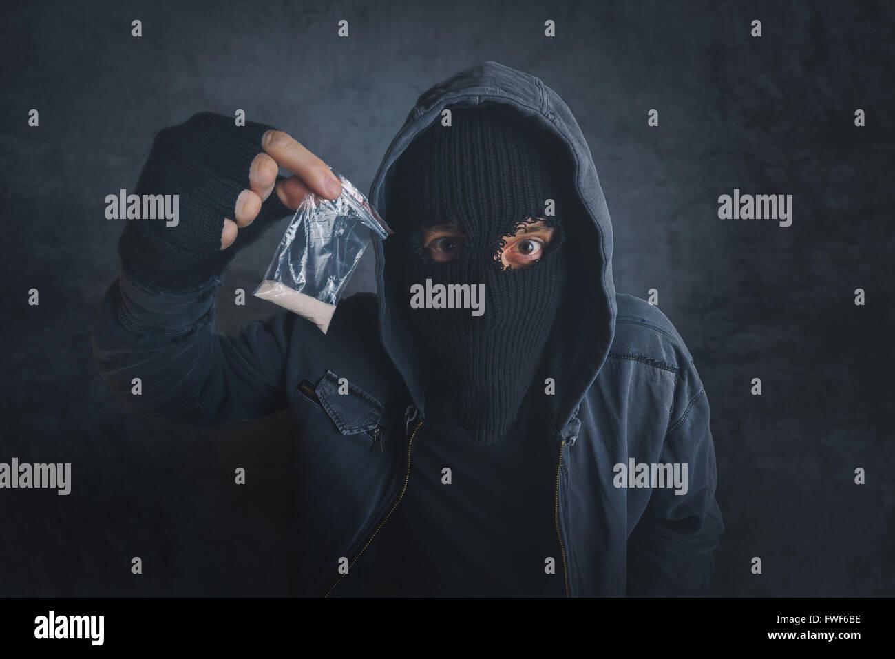 Drogendealer mit narkotische Substanz, auf der Straße, unkenntlich vermummte Verbrecher Verkauf von Drogen Stockbild