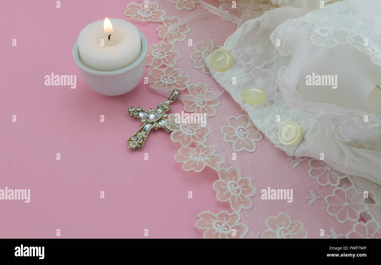 Vintage Taufe Baby Kleid Auf Rosa Hintergrund Mit Kreuz Und