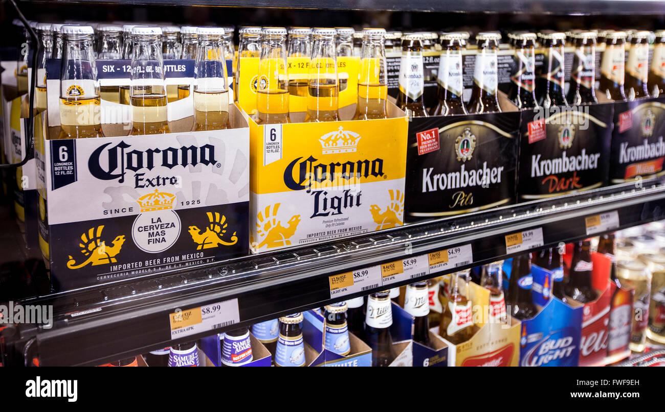 6 Packungen in Flaschen Corona-Bier im Kühlschrank Regal in einem ...