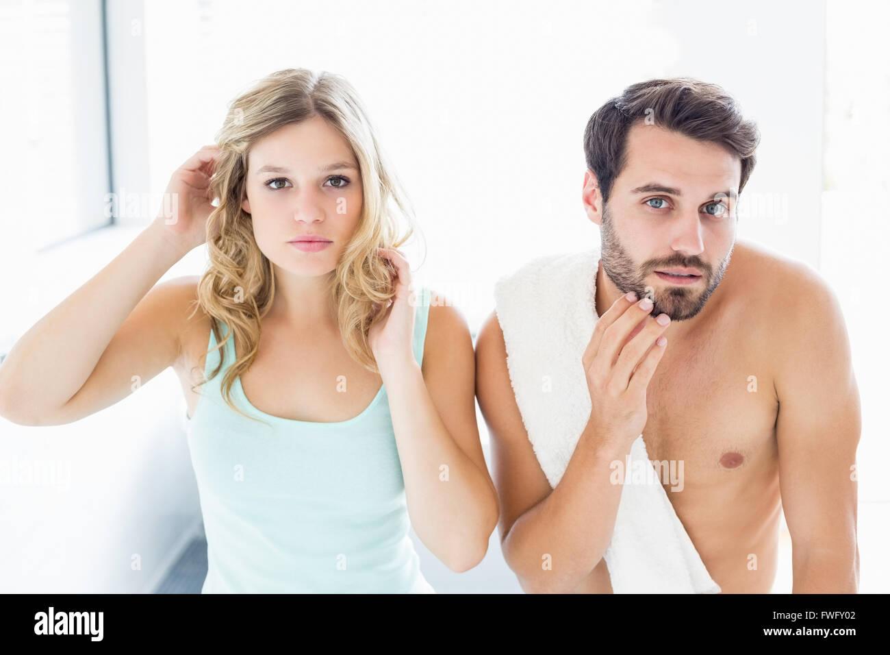 Mann und Frau, die Überprüfung ihrer Haut im Badezimmer Stockbild