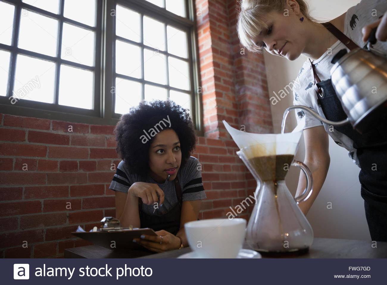 Baristas Überwachung übergießen Kaffeezubereitung Stockbild