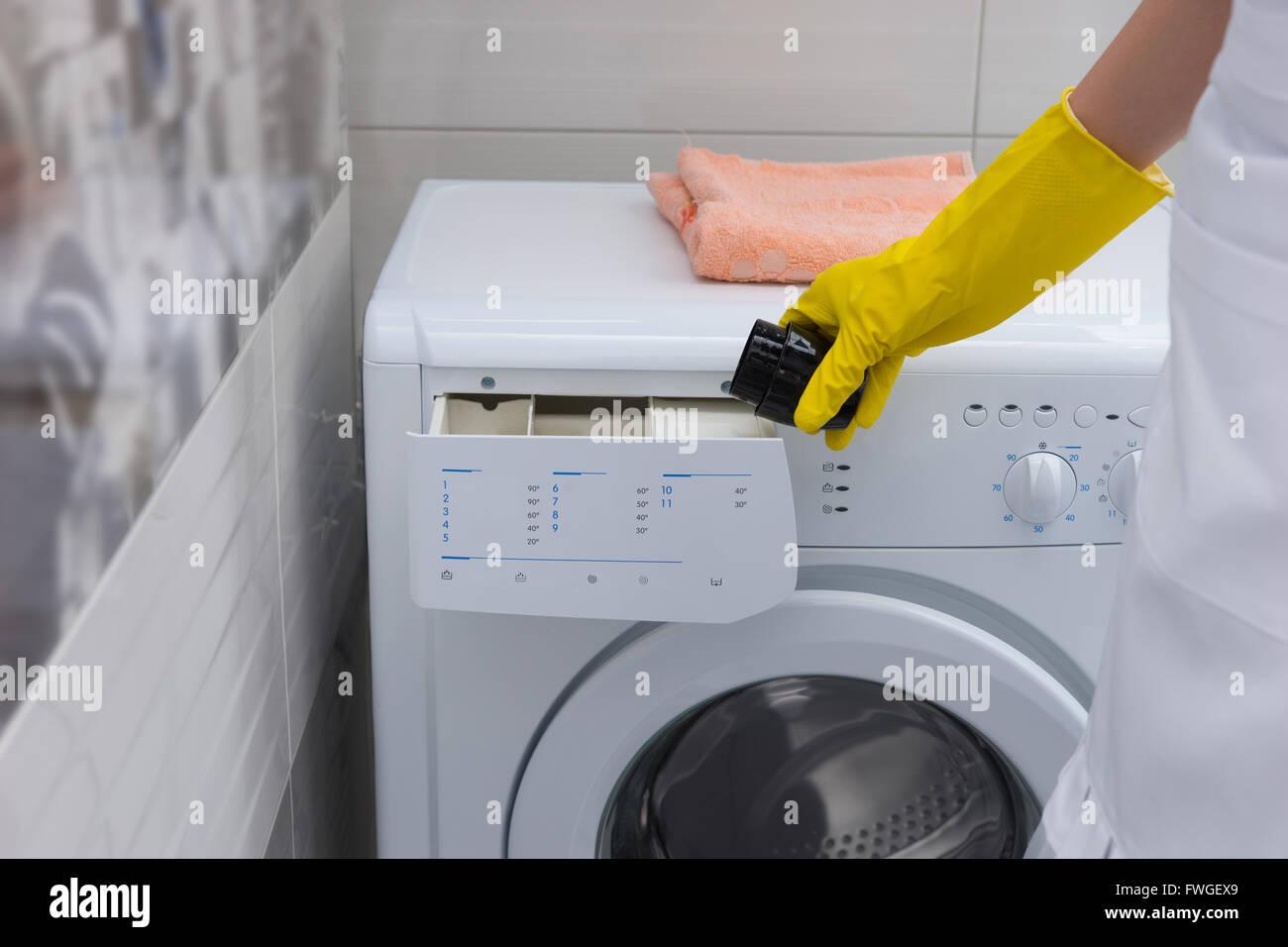 Hausfrau Weichspüler Oder Waschmittel In Eine Waschmaschine Mit
