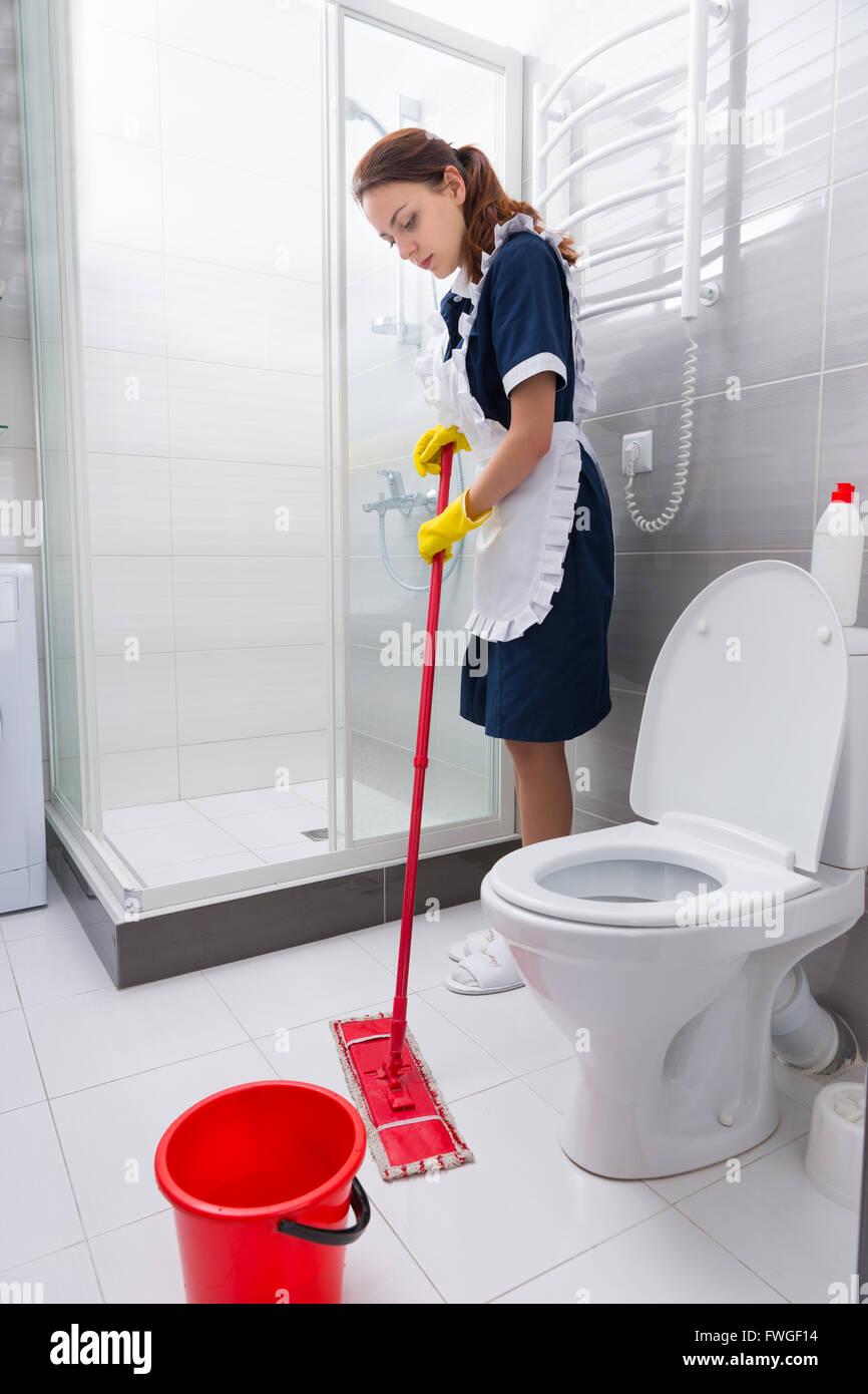 Fleissige Mitarbeiter Des Hotels In Einem Ordentlich Haushalterinnen Einheitliche Standigen Wischen Den Boden Im Badezimmer Stockfotografie Alamy