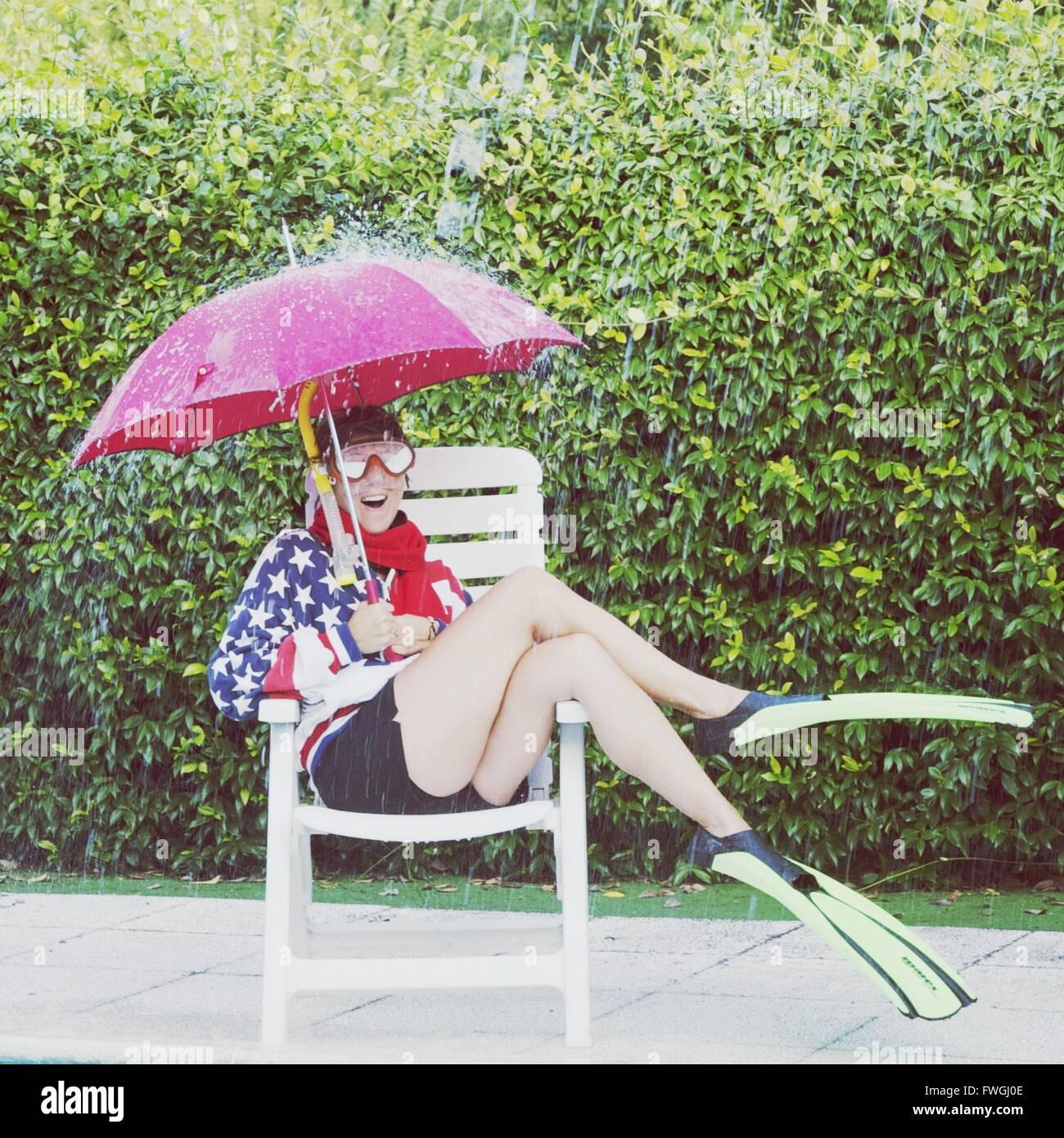 Frau-Holding-Dach im Regen Stockbild