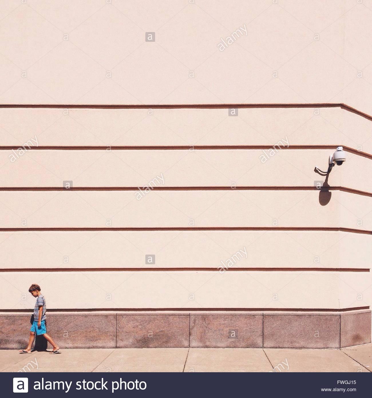 Junge allein zu Fuß Stockbild