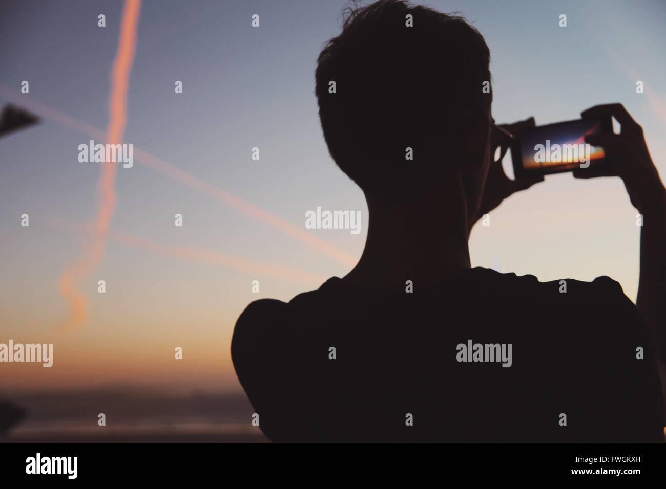 Rückansicht des Menschen fotografieren Natur in der Abenddämmerung Stockfoto
