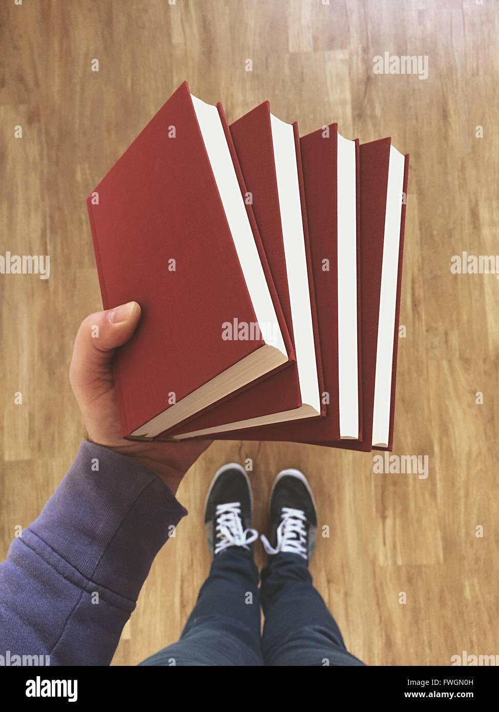 Männer Hand hält Bücher Stockbild