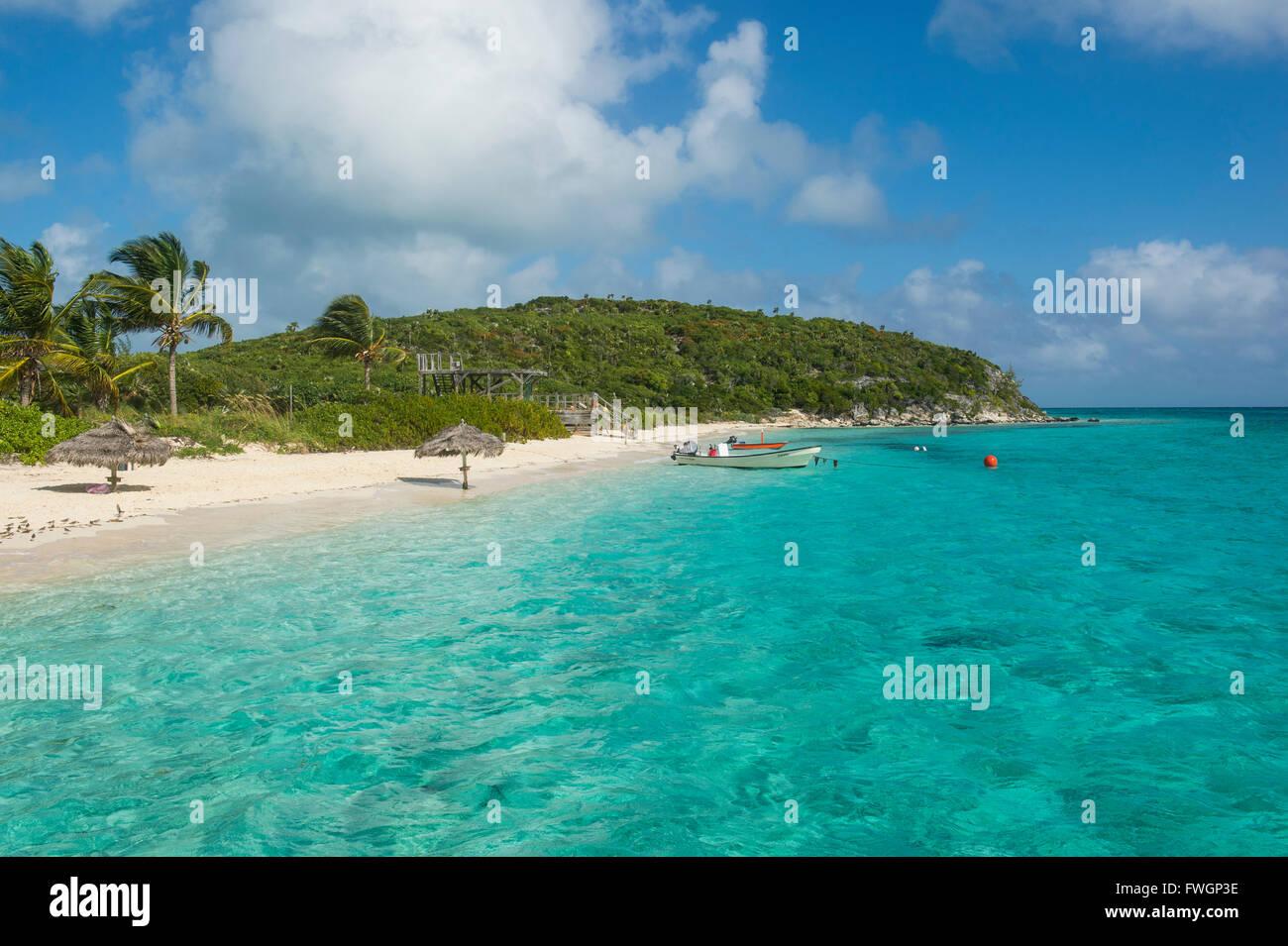 Türkisfarbenes Wasser und ein weißer Sandstrand, Exumas, Bahamas, West Indies, Karibik, Mittelamerika Stockbild