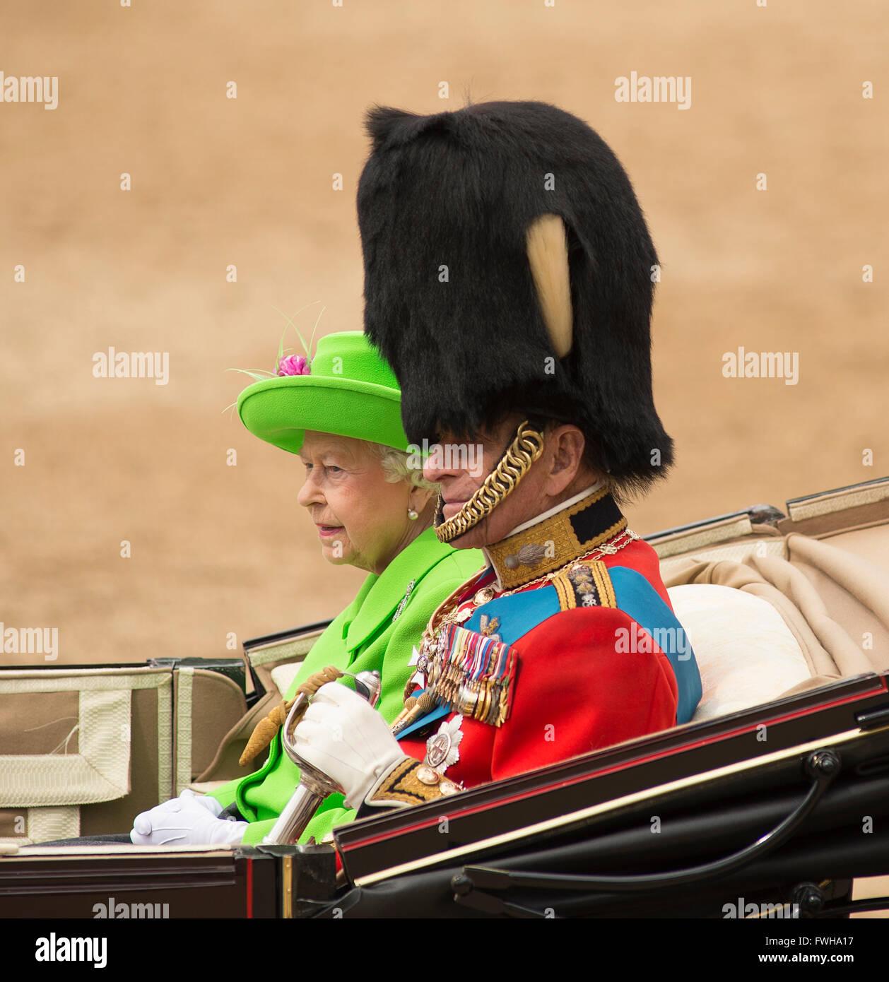 Horse Guards Parade, London, UK. 11. Juni 2016. Verlassen Sie HM Königin Elizabeth II. und Prinz Philip, Duke Stockbild