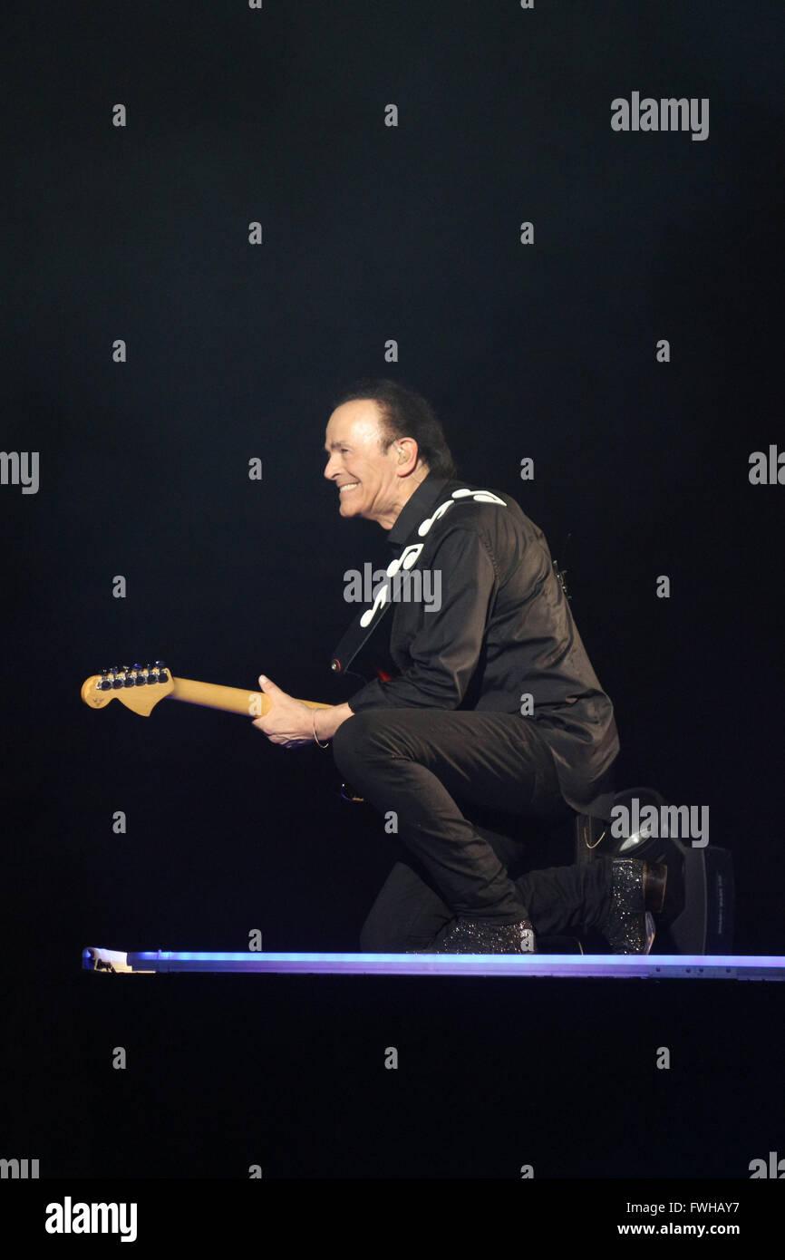 Mailand, Italien. 11. Juni 2016. Dodi Battaglia spielt Gitarre auf der Bühne während des Konzerts Pooh Stockbild