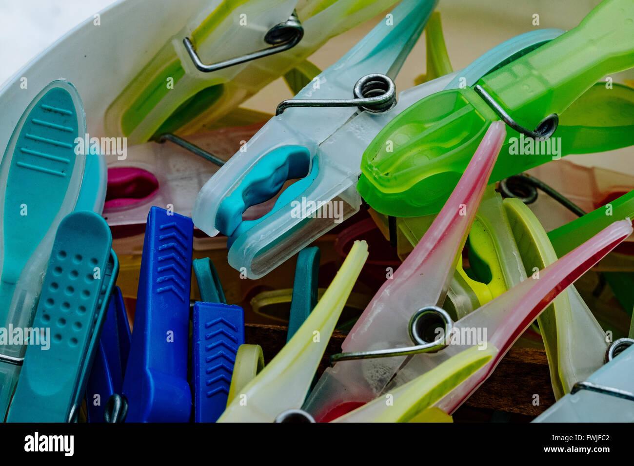 Nahaufnahme von bunten Wäscheklammern Stockbild