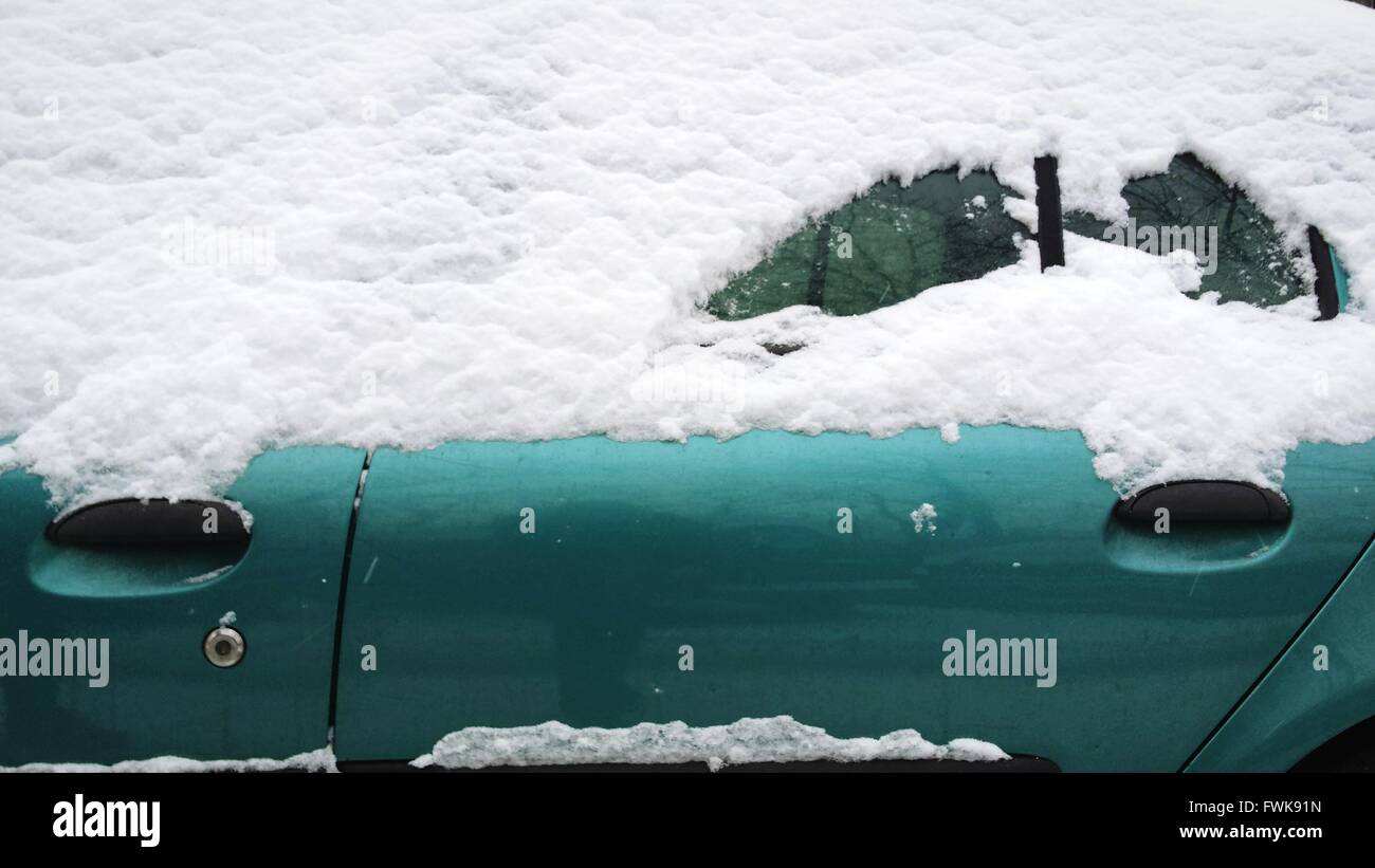 Schneebedeckte grünes Auto Stockbild