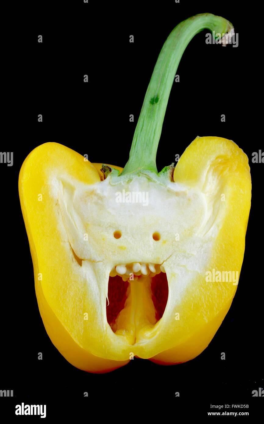 Querschnitt der gelbe Paprika auf schwarzem Hintergrund Stockbild